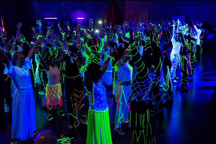 Bailarinas a dançar no espetáculo de dança Hora H da Escola e Companhia de Dança Ritmo Azul