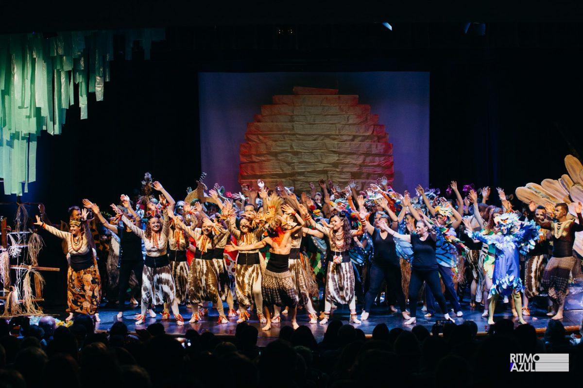 Bailarinos a dançar no espetáculo de dança Rei Leão da Escola e Companhia de Dança Ritmo Azul